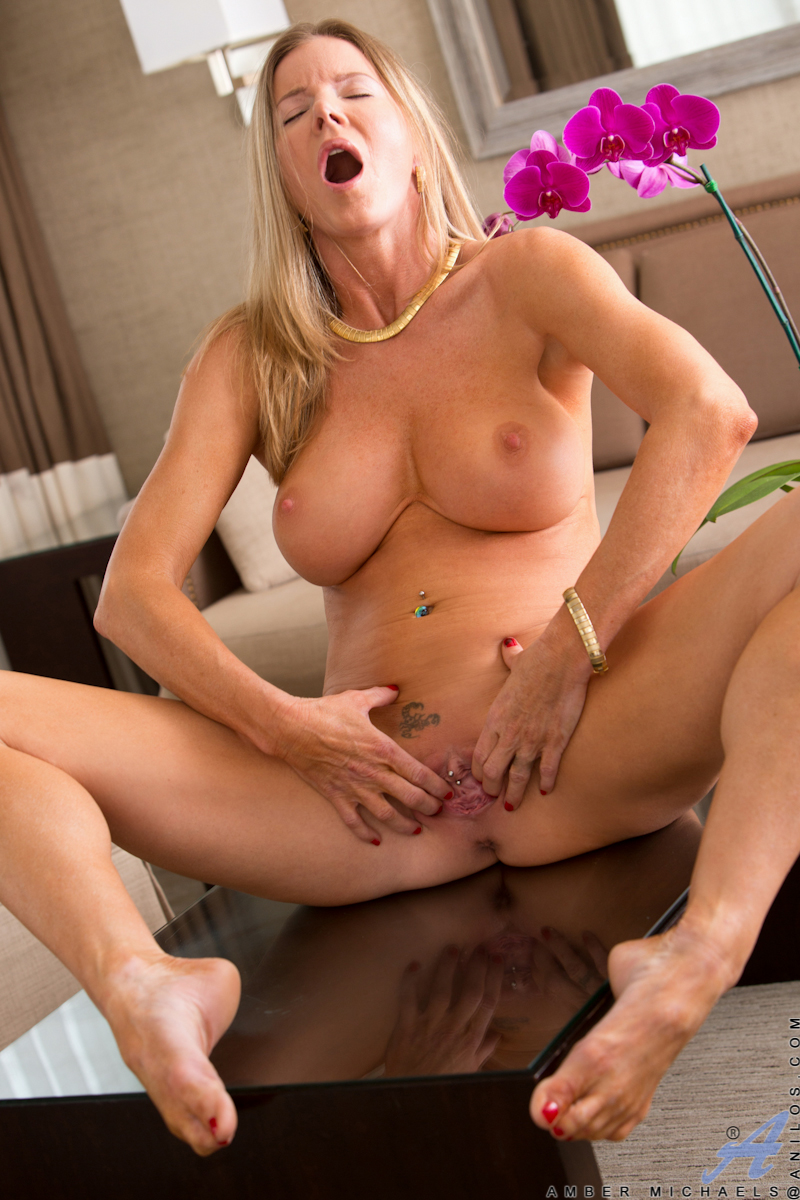 Alicia silver plays with her pubes and shows off 1
