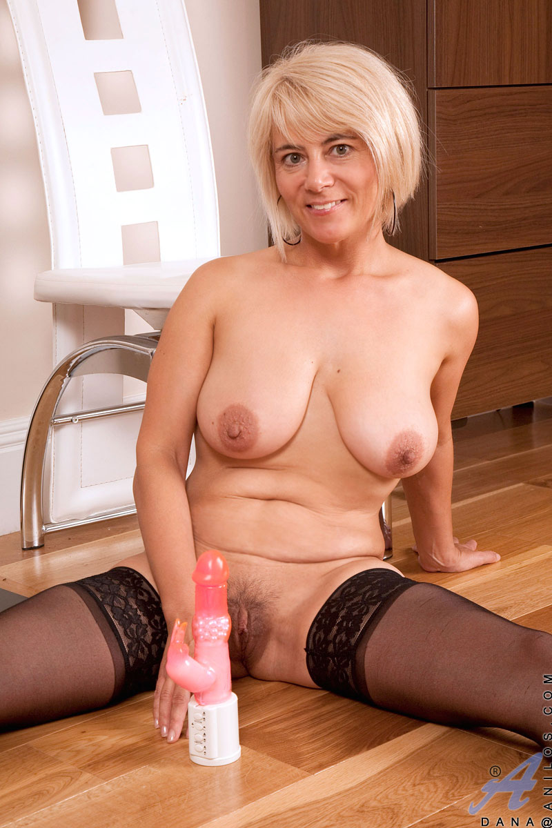 mature anilos cougar dana stuffs both her shaved pussy wi.