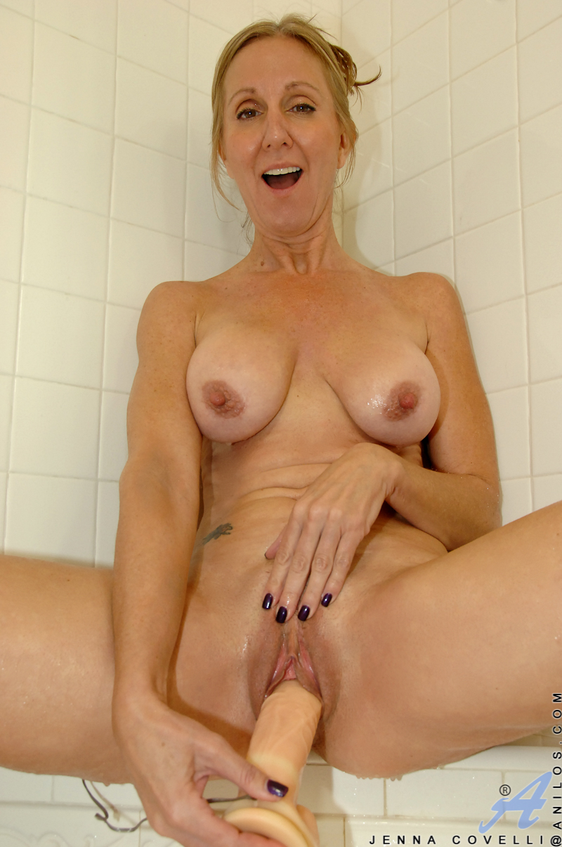 Big tited mature lady shows how its done rm 1