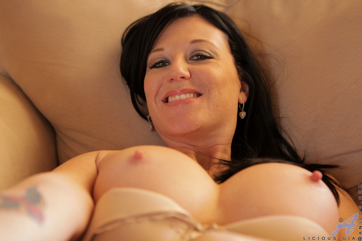 gorgeous mom with big boobs stuffs her pussy hole with james double