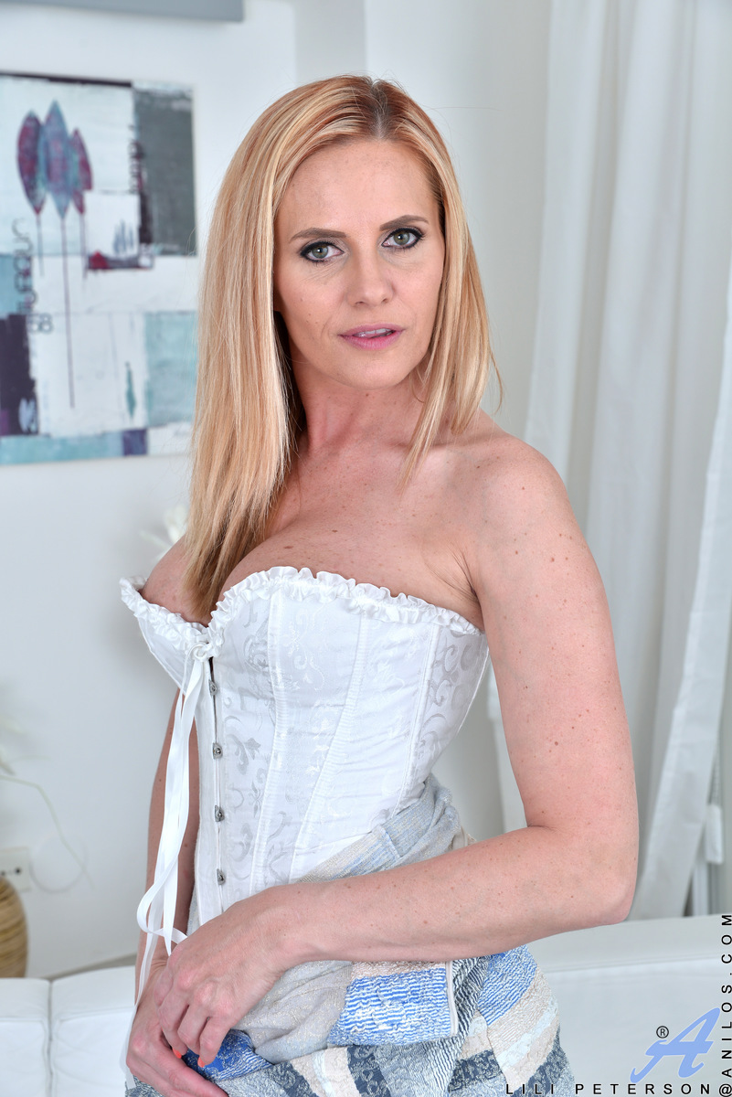 Gorgeous blonde MILF Lili Peterson