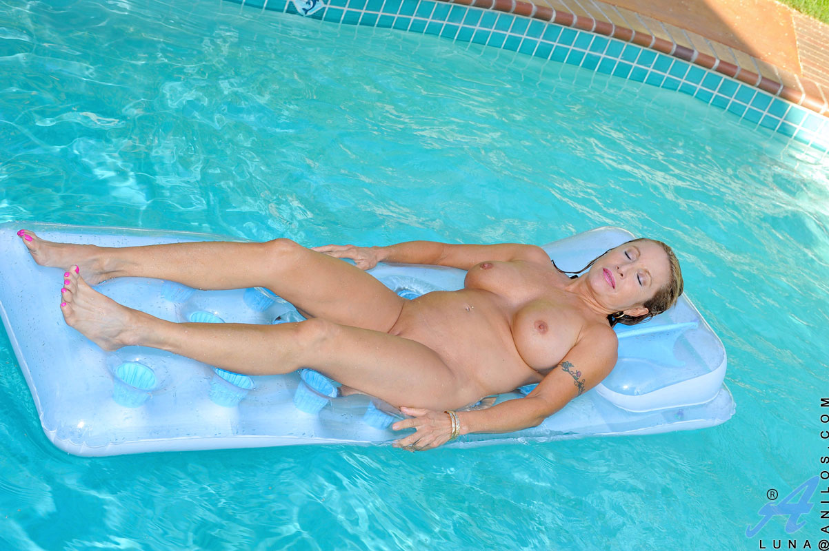 Can milf porn at the pool