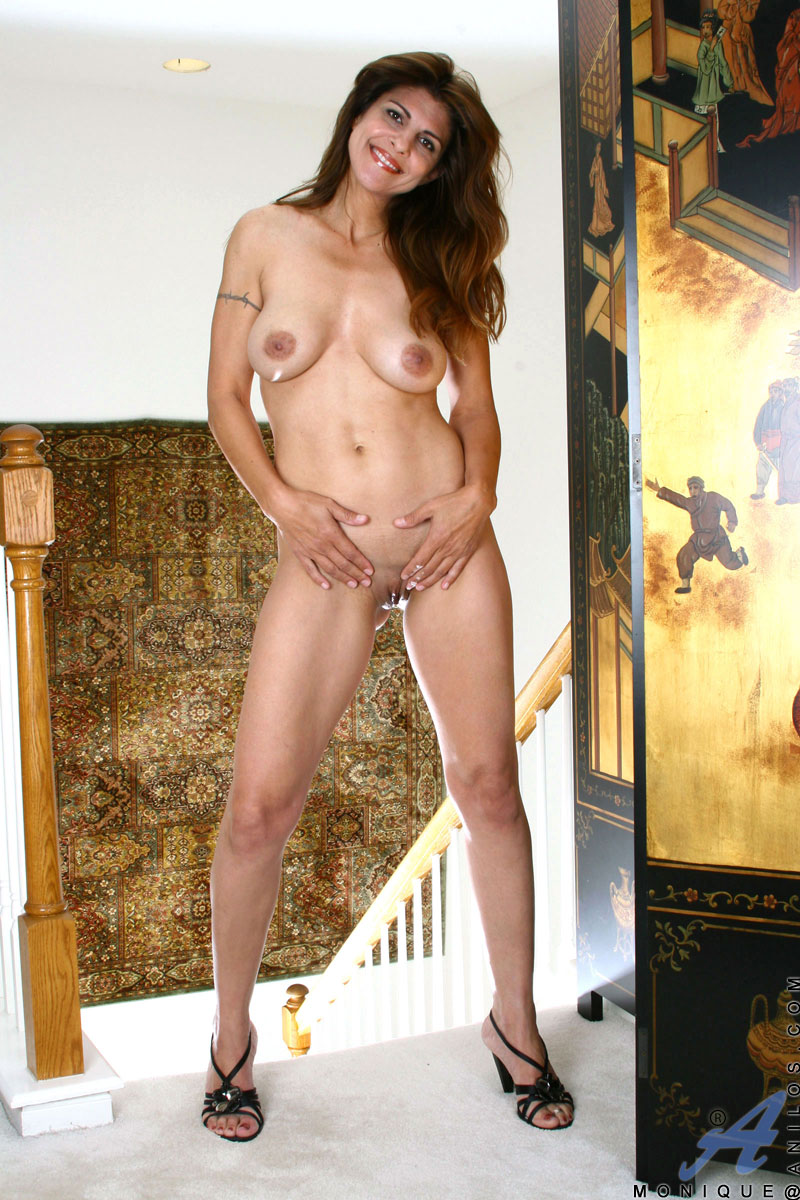 Mature brunette housewife playing with her pussy