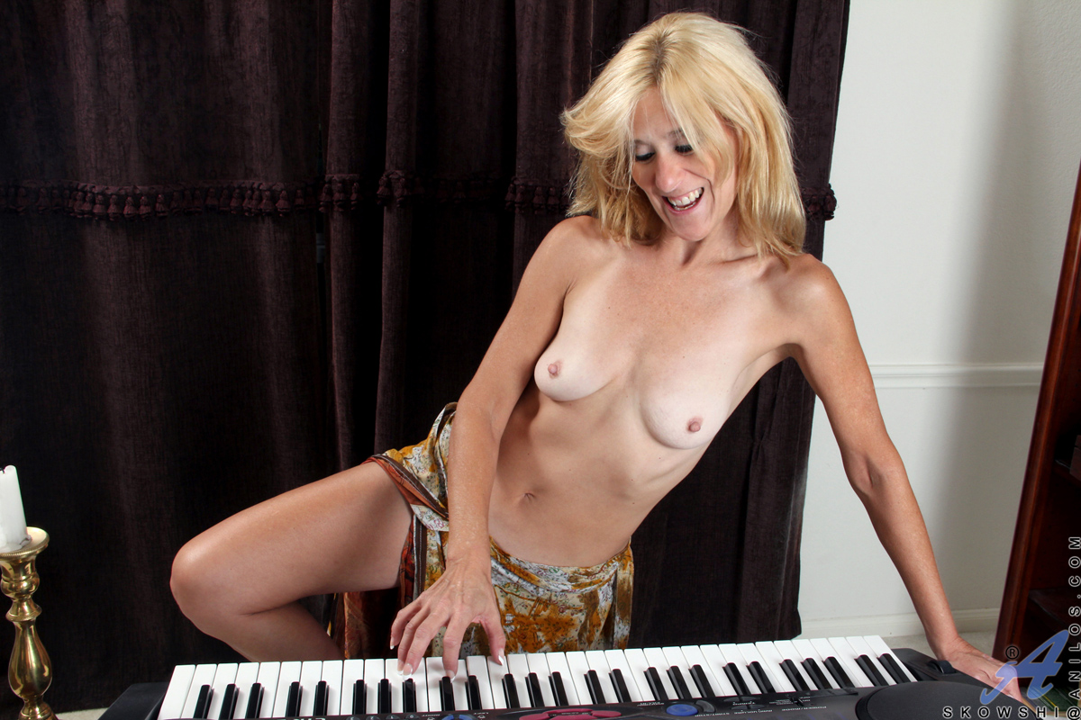 Can find Sexy nude blonde cougar that necessary