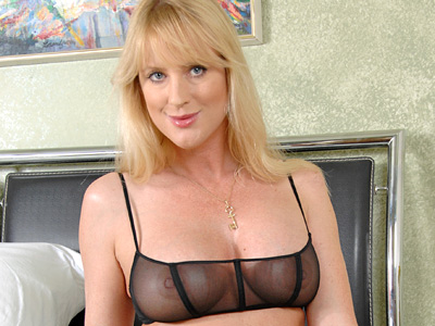 Sexy blonde housewife slips off her lingerie grand fucks her dildo