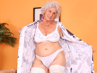 Big titted grandma plays withdraw her boobs and her old pussy