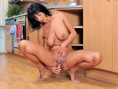 Anilos milf tube anilos chelsea pummels her shaved pussy