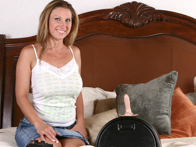 Devon Lee rides the sybian advanced some screamin orgasms