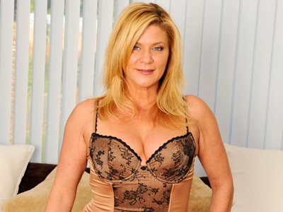 Ginger Lynn rips her pantyhose to make a prick for her glass dildo