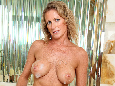 Sexy tan cougar with large boobs masturbates in her bubble bath