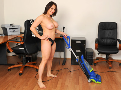 Anilos Jillian Foxxx cleans house naked and then plays troglodyte a vibe