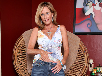 Busty cougar Jodi West uses a sex toy to fill her pussy paw hole