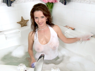 Anilos Megan finger fucks her cougar pussy in the bathtub