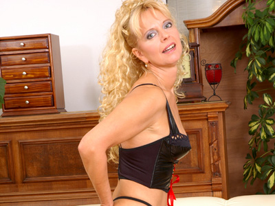 Mature promiscuous merilyn spreads her old pink hole