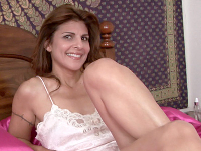 Brunette housewife brings herself waddle orgasm with a vibratotterr