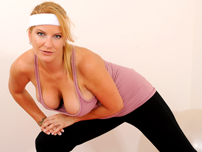 Big breasted cougar masturbates as part of her exercise routine