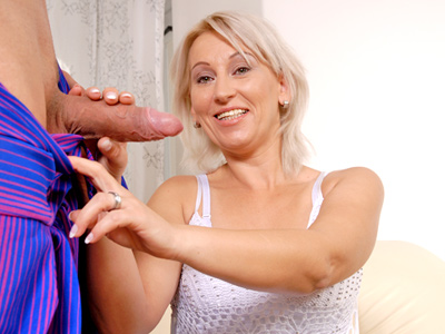 Hot cougar rubs a bottle and a genie appears tomfoolery satisfy her pussy