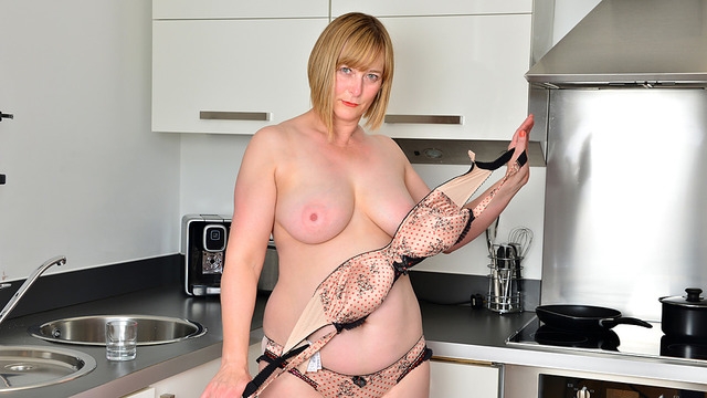 Naughty Housewife - Anilos.com