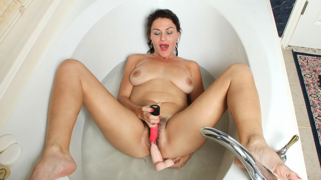 This mature newcomer to porn hops into a bubble bath to try out a variety of toys in her hairy vagina until she finds just the right one to make her cumvideo