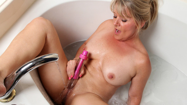 Sexy blonde cougar lathers up her nude body in the tub and bonks her soaked wet crack with a vibe all the way to body-shaking orgasmvideo