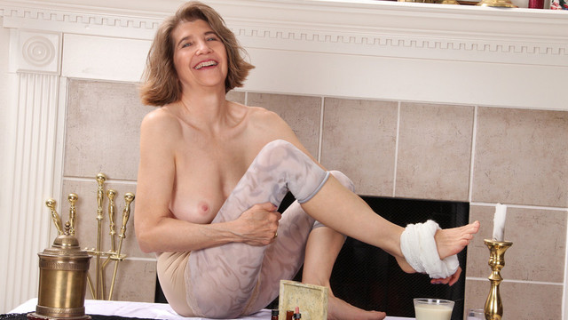 Mature mom achieves full body orgasm when she masturbates