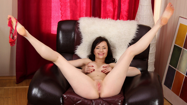 Milf Shows Off - Anilos.com
