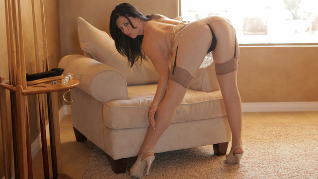 Super sexy cougar Licious Gia has curves in all the right places and she fonds to show Them off in revealing lingerie before using a toy to make her cunt drip with creamy enjoymentvideo