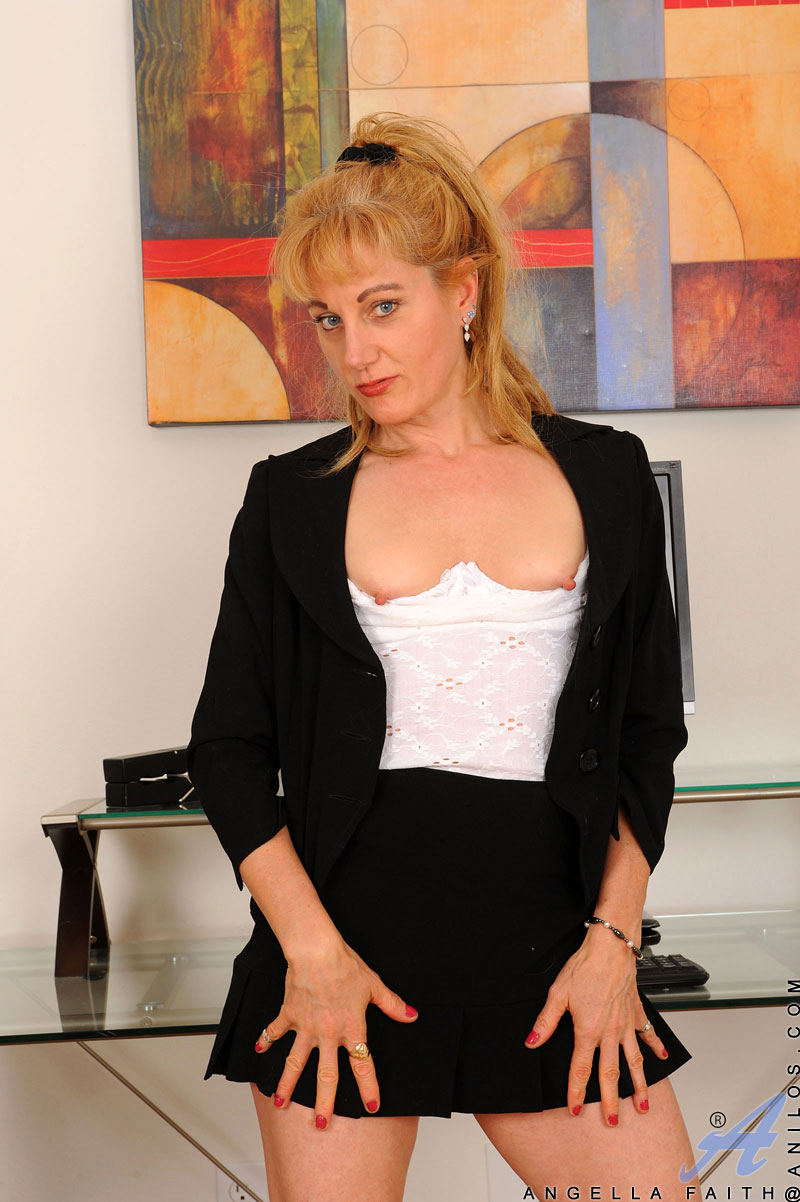 Mature blonde cougar plays with her pussy and ass simultaneously