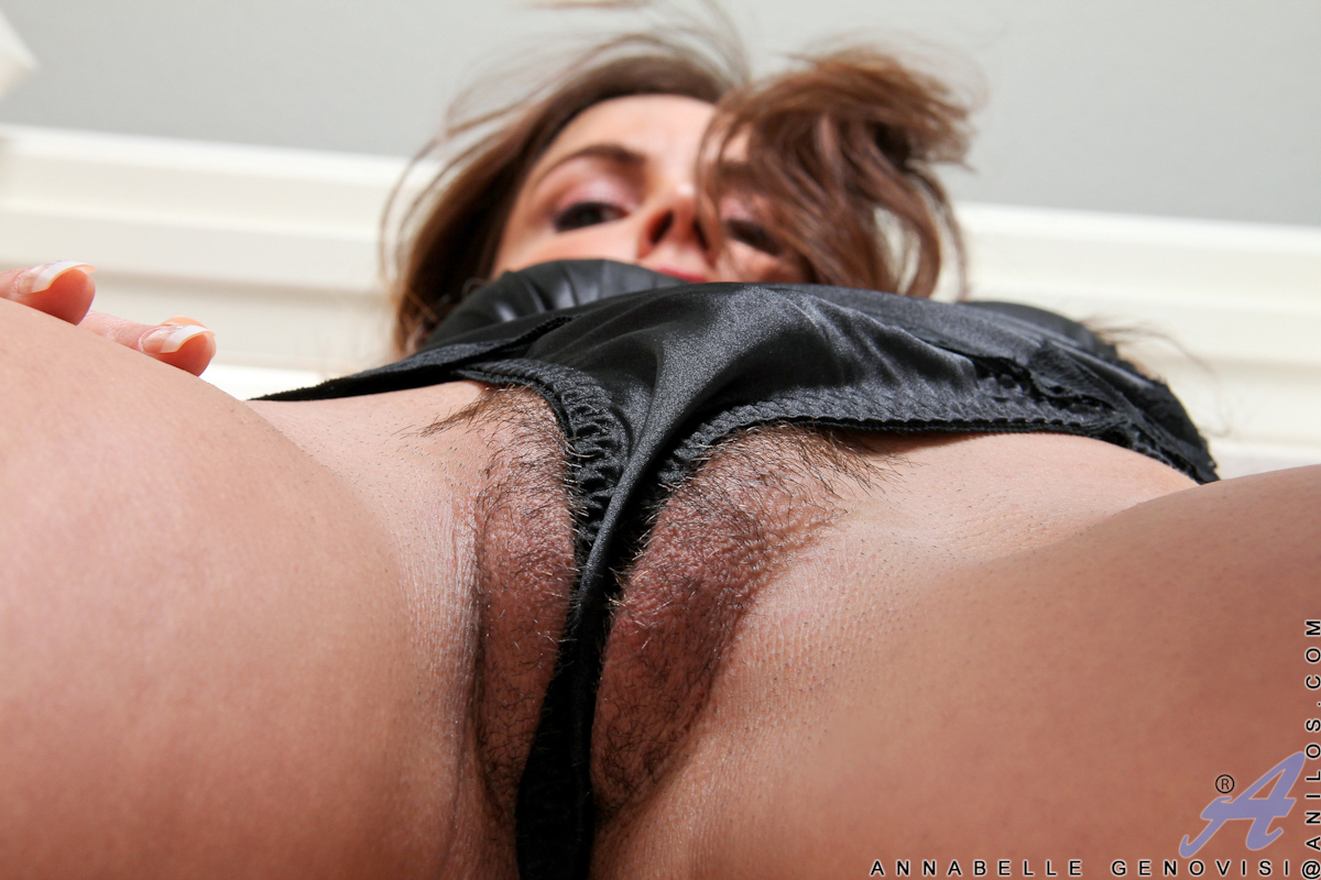 Anilos babe Annabelle Genovisi plunders her hairy pussy with a vibe