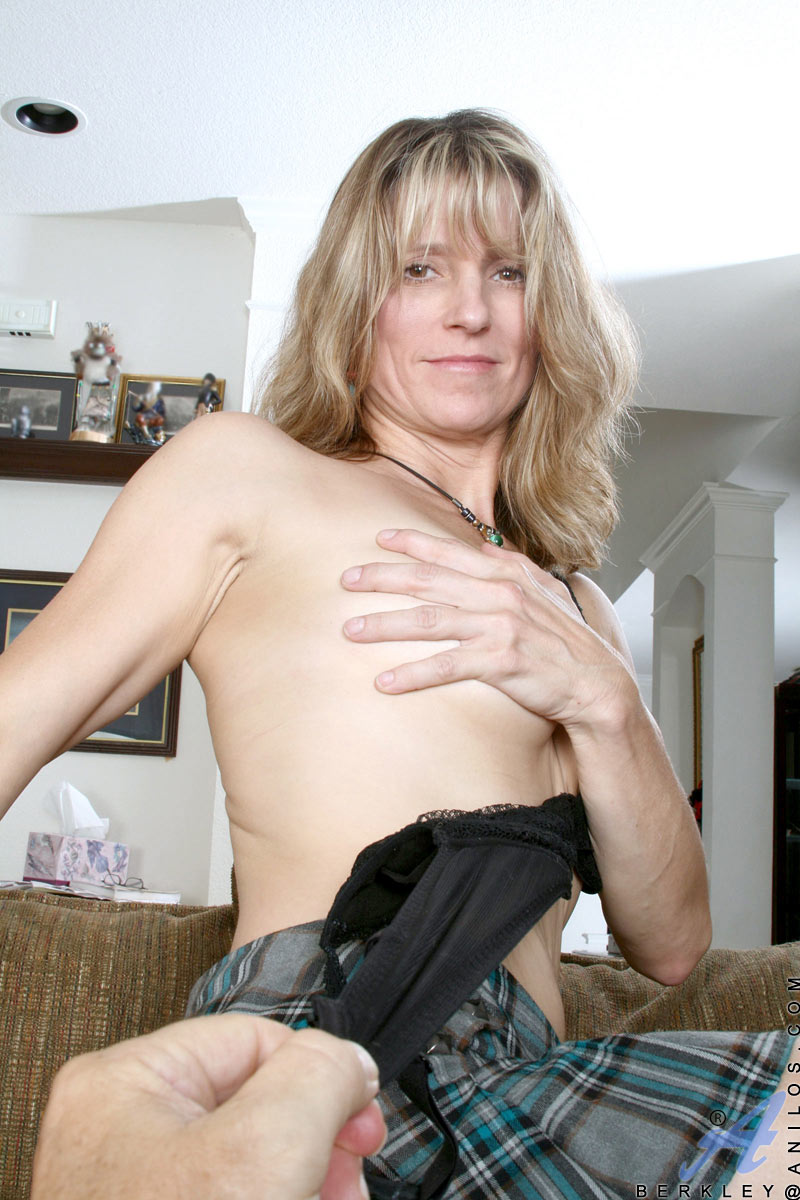 Horny amateur Anilos cougar Berkley strokes her pink mature pussy with a huge dildo for orgasm