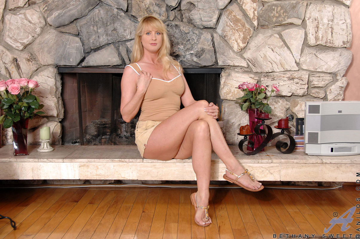 Alluring blonde cougar masages her big boobs