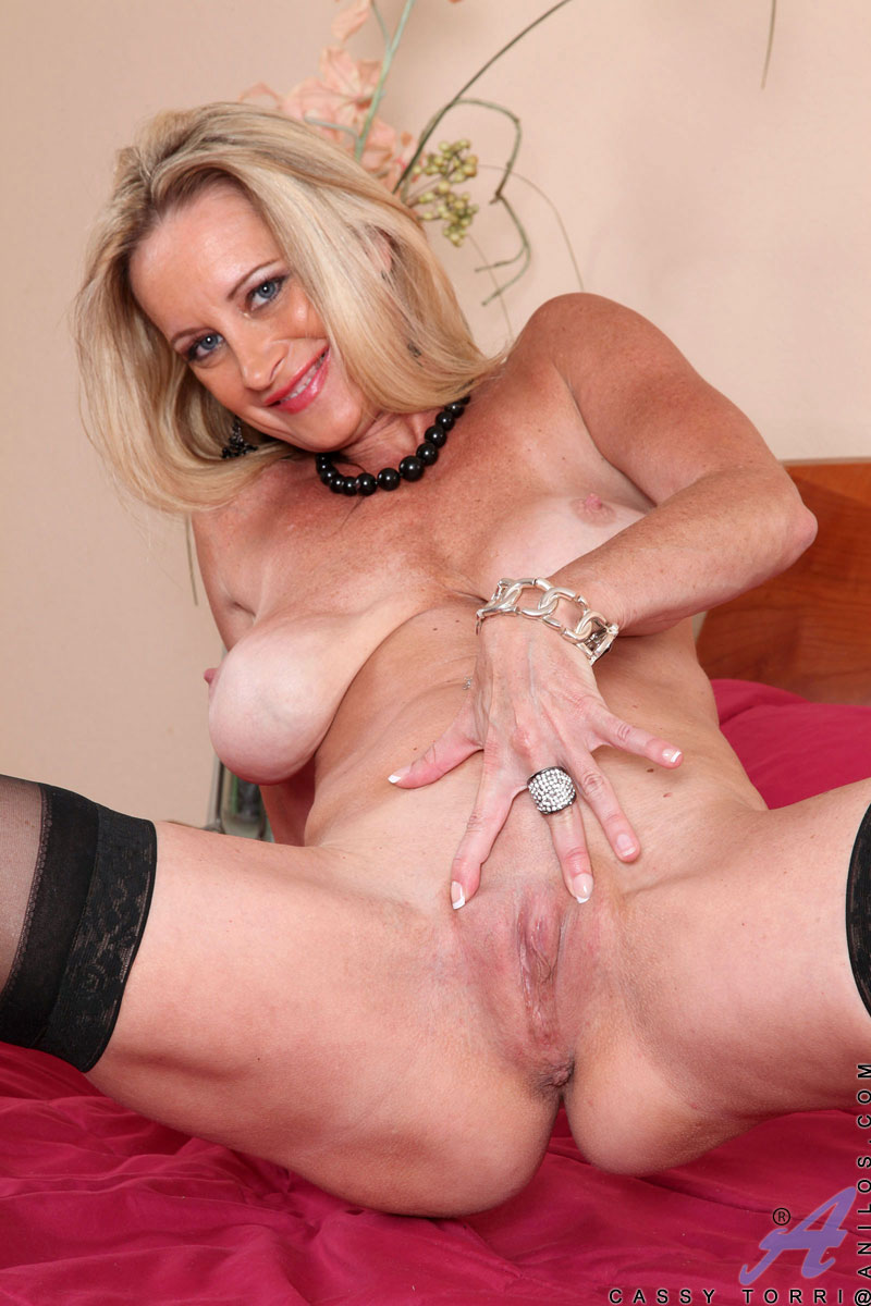 Blonde cougar Cassy Torri fingers her mature pussy doggystyle