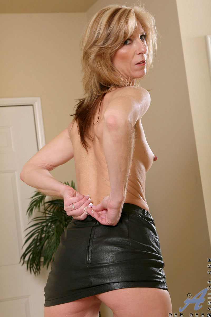 Mature Anilos woman coats her favorite toy in her spit before pleasuring herself with it