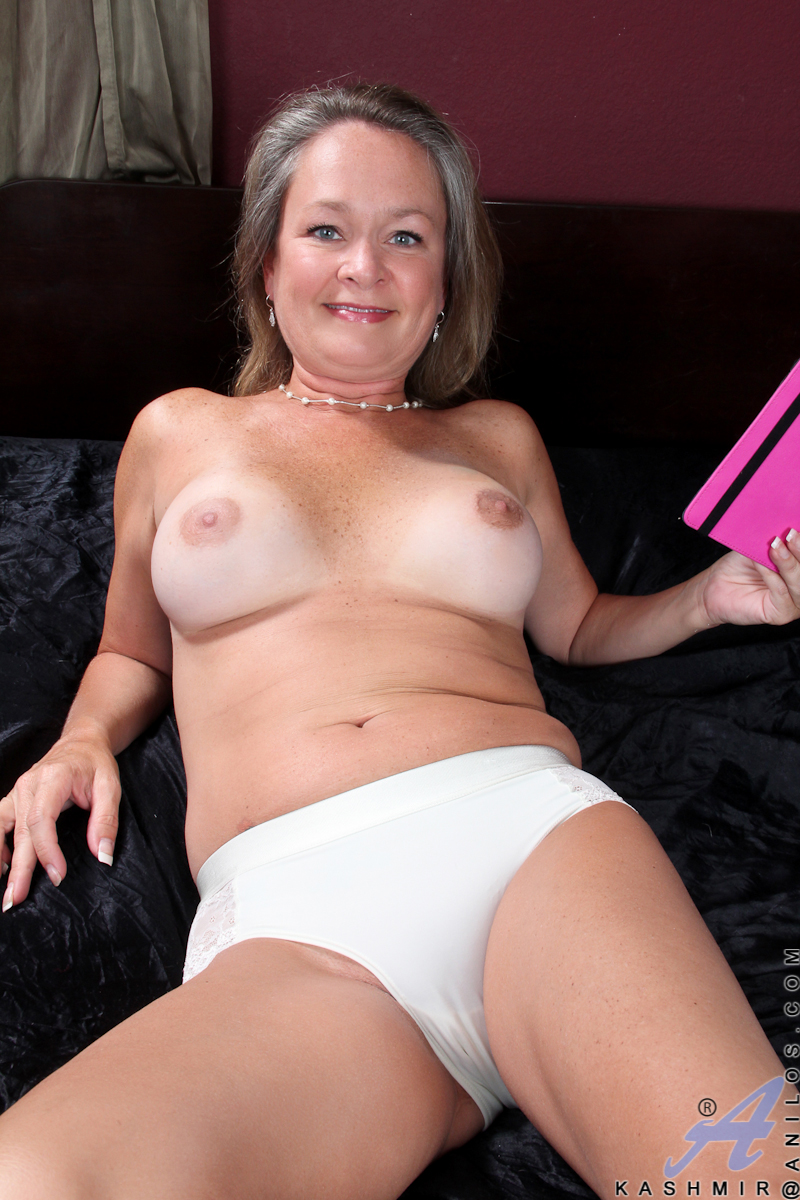 Cum hungry granny finger bangs her needy pussy at Anilos