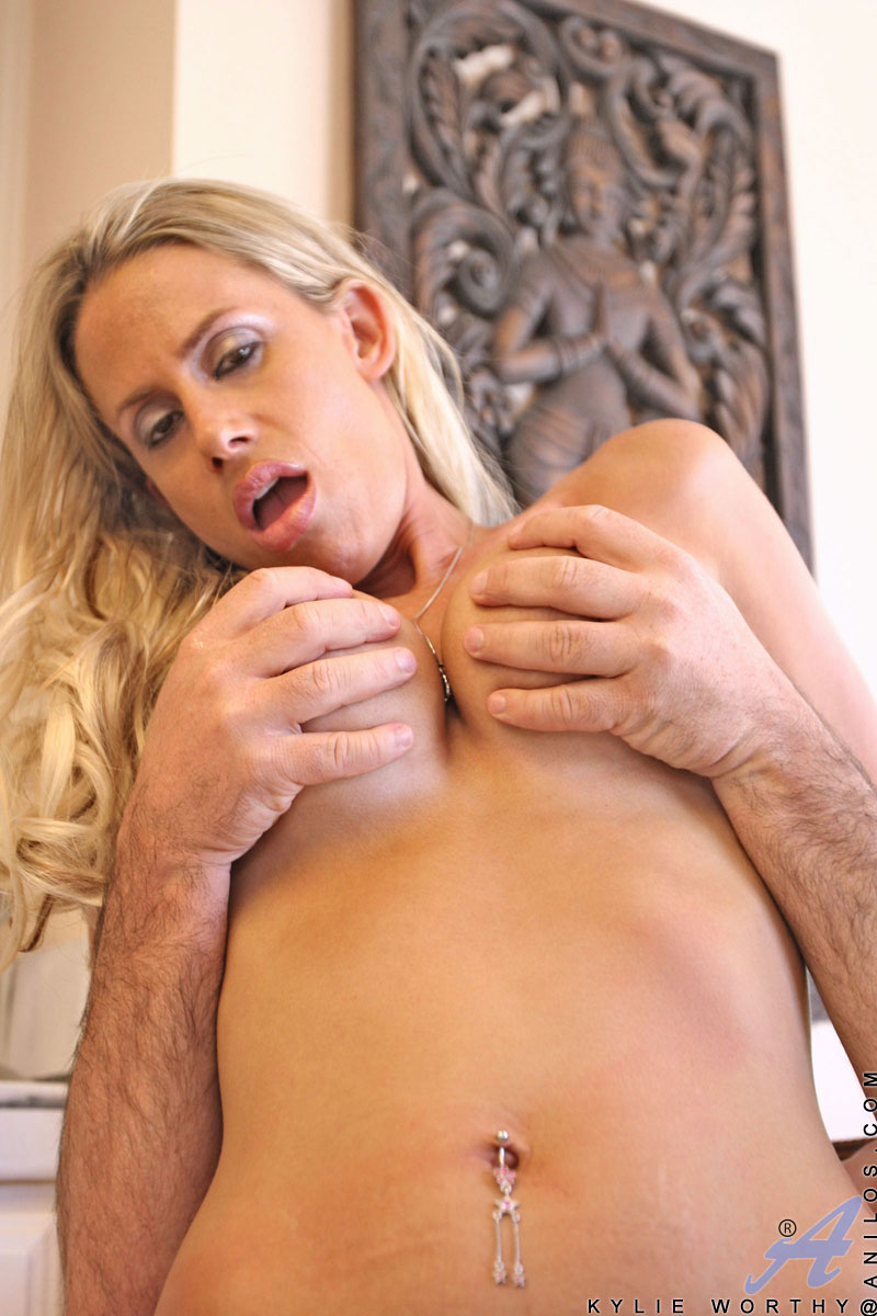 Beautiful Anilos Kylie Worthy fucks a huge dong outdoor and gets some fucking indoor