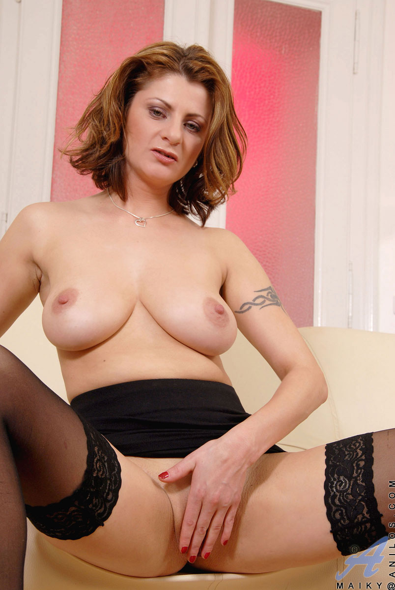 Sensual cougar Maiky fingers her slick milf cunt