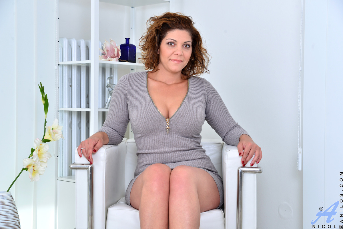 Bigtit mom Nicol wears form fitting dresses that highlight her curves and long legs. The miniskirt shows off her thong, too. Watch her peel off her bra and panties and prove that being new doesn't mean she can't offer one hell of a show with her tan line