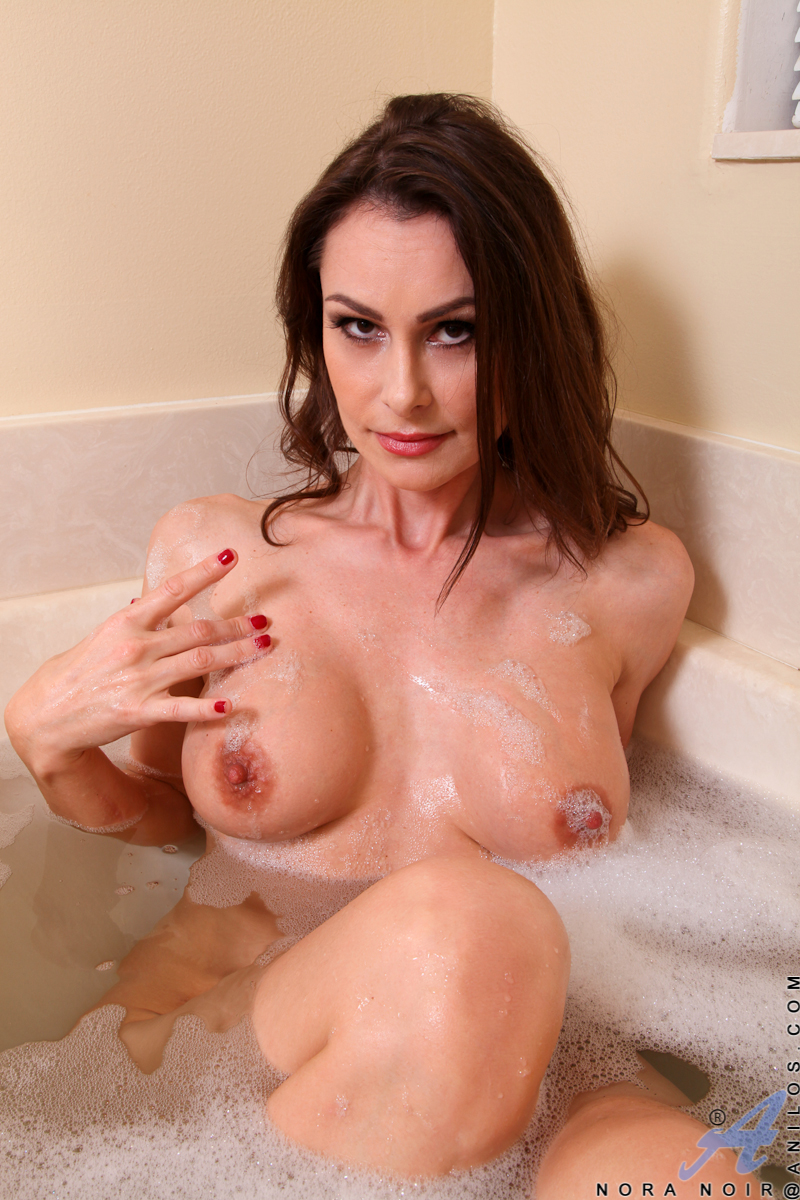 nora nude