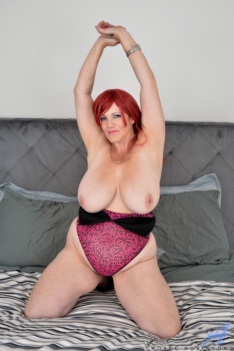 Bigtit mommy Roxee Robinson is a redheaded babe who loves her thick figure and huge knockers. She shows herself off in tight lingerie that gives her easy access to all her most tender parts, from her hard nipples to her juice bare twat. You'll love watchi