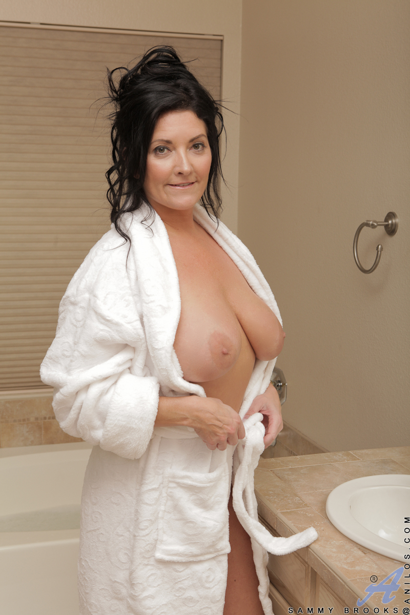 All natural milf Sammy Brooks can't get enough of touching and licking her giant natural knockers. Those tender caresses get her so hot and horny that one of her favorite pastimes is to run a hot bath and then use the slippery water as lubricant to mastur