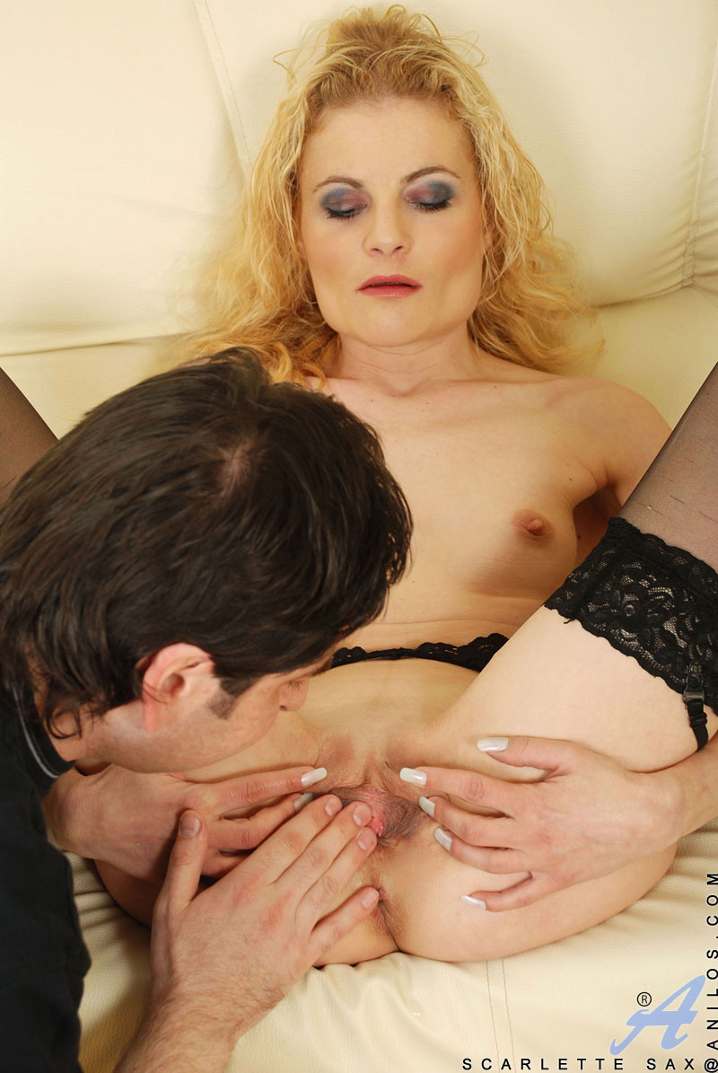 Anilos Curly blonde housewife Scarlette Sax anal fuck with a glass didlo and a hard cock
