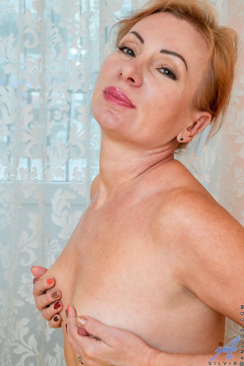 Anilos.com - Silvia: Golden Babe