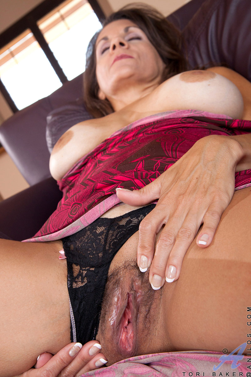 Sexy Anilos housewife pleasures her hairy fuck box with a toy