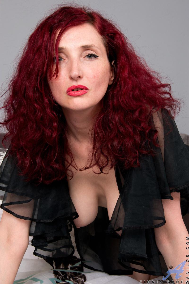 Anilos.com - Zinnia Blue: Foxy Redhead