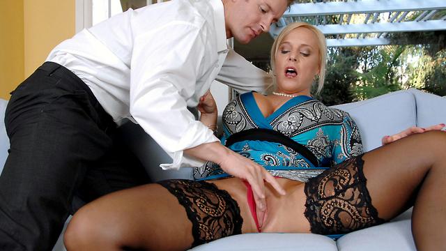 Luxusní stará kurva v erotickém prádle prcá hardcore akci