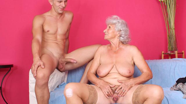 натянул бабусю на молодой хуй комнату прошла