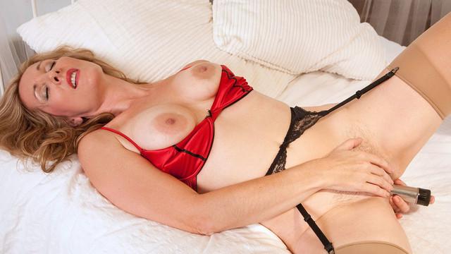 Krásná zralá žena si v pokoji užívá orgasmus při masturbaci vibrátorem