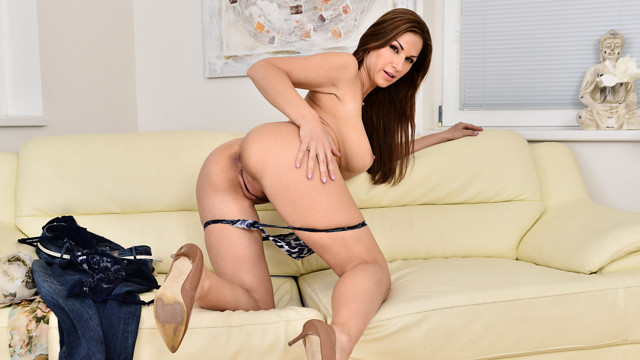 Housewife Shows Off - Anilos.com