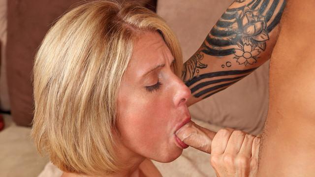 Orální sex blondýnka potetovaná mamina tvrdý hluboký orál