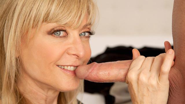 Znalecký orální sex od zkušené starší ženy blond mamina orál